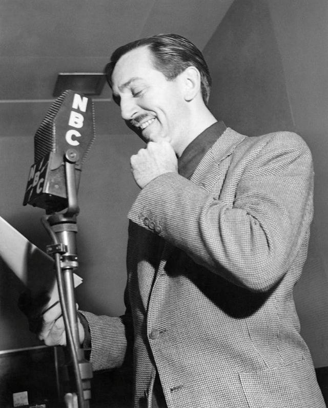 Walt Disney sorri de frente para um microfone da NBC