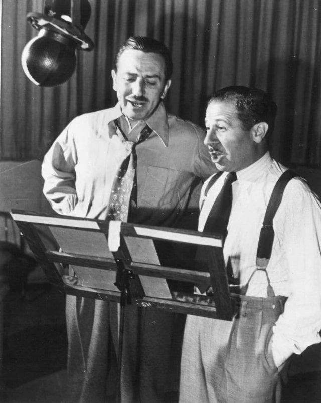 Walt Disney e Clarence Nash (dublador do Pato Donald) em uma sessão de dublagem