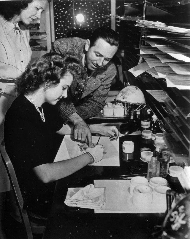 Walt Disney conversa com a pintora Edith Moore