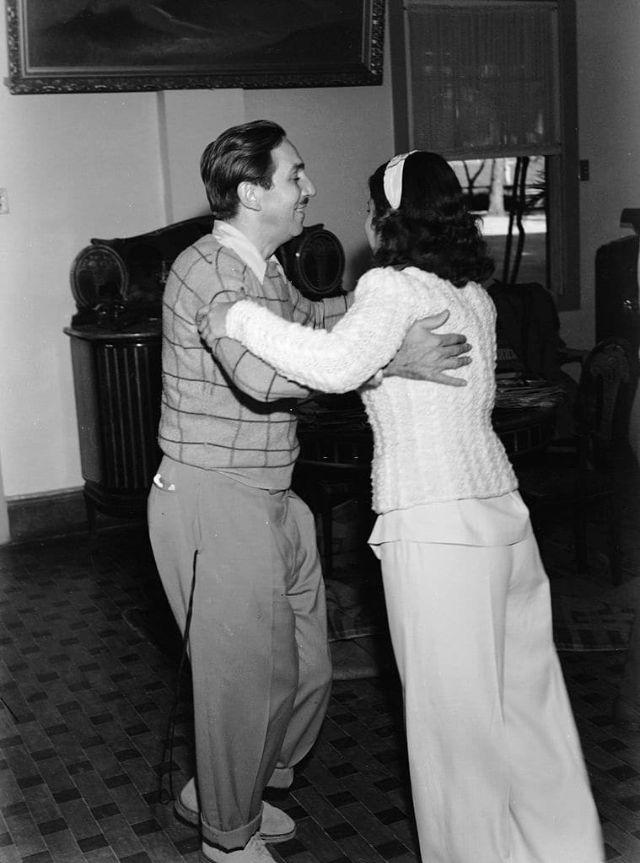 Walt Disney dançando com uma mulher no Rio de Janeiro, 1941.