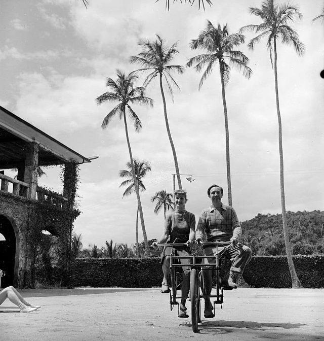 Walt Disney pedalando em uma bicicleta para duas pessoas com sua esposa Lillian Disney, no Rio de Janeiro, 1941. (Hart Preston)