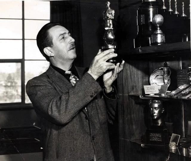 Walt Disney segura a estatueta do Oscar, em 1949.