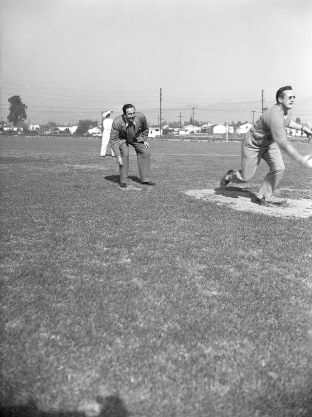 Walt Disney jogando softbol.