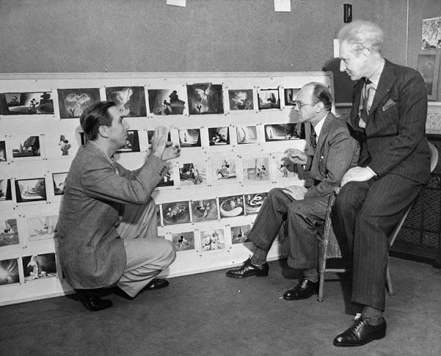 Walt Disney falando sobre 'Fantasia' com Deems Taylor e Leopold Stokowski, em 1940.