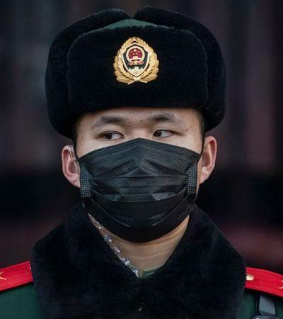 China detecta novo surto de coronavírus em tábua de cortar salmão e fecha mercado de Pequim