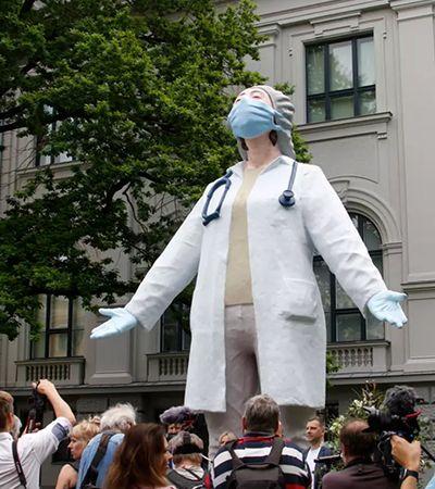 A estátua que importa: Letônia homenageia profissionais na linha de frente contra coronavírus