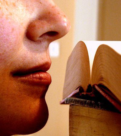 Hábito irresistível de cheirar livros ganha finalmente uma explicação científica