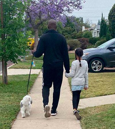 Homem negro precisa estar com cão e filhas para se sentir em segurança em seu bairro, nos EUA