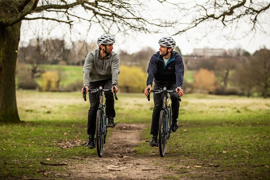 Hugo e Ross pedalando na natureza