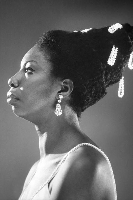 Nina Simone com pérolas no cabelo