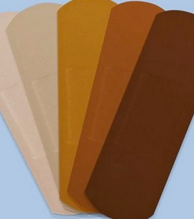 Band-Aid anuncia que vai finalmente lançar curativos para tons escuros de pele