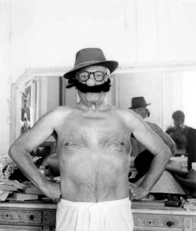 Picasso sem camisa de chapéu e bigode artificial