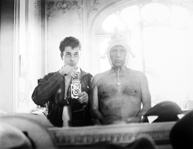 André Villers e Pablo Picasso sentados lado a lado de frente para a câmera