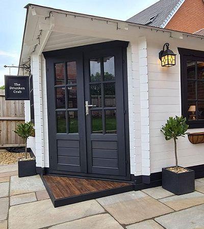 Para driblar a quarentena, família encomenda pub no jardim de casa e resultado impressiona