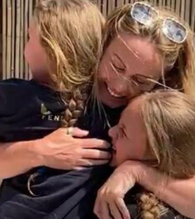 O emocionante reencontro desta enfermeira com as filhas após 9 semanas de separação