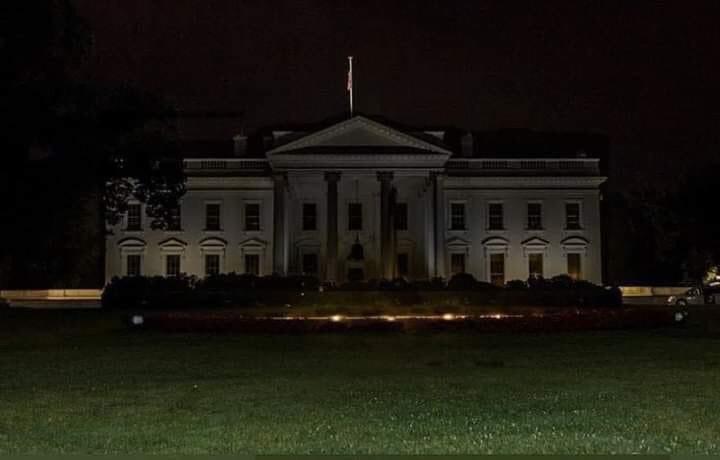 Casa Branca com as luzes apagadas