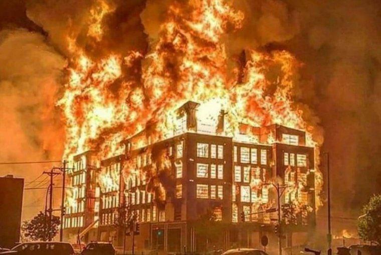 Estação de polícia pegando fogo em Minnessota