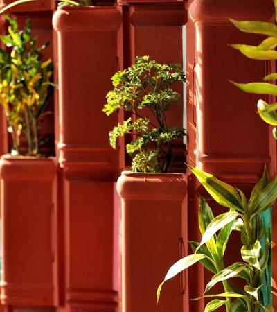 Parede verde usa telhas de cerâmica reciclada para resfriamento natural