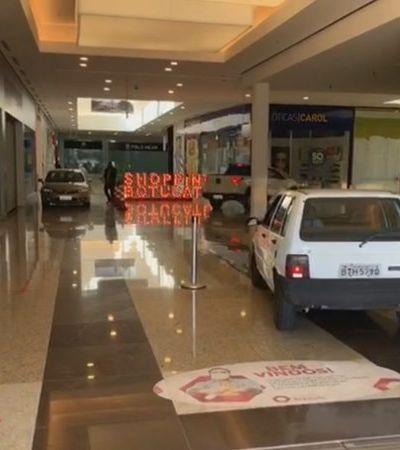 Shopping de SP tenta driblar coronavírus com carros no corredor para a retirada de compras