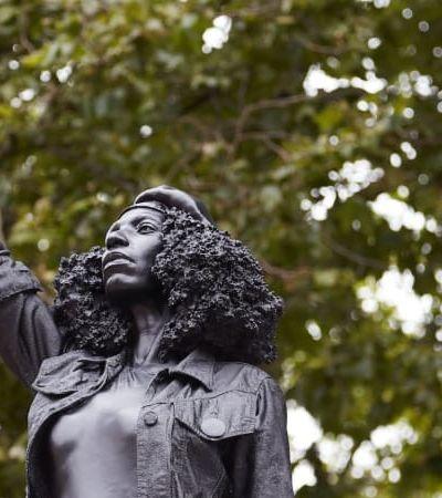 Estátua de escravocrata jogada no rio é substituída por manifestante do Black Lives Matter