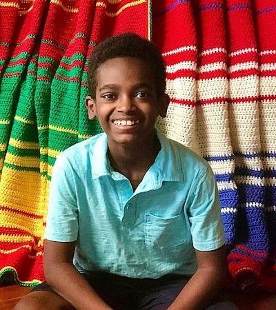 Jonah Larson segue lutando por um mundo melhor com seu talento para o tricô