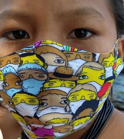 Os Gêmeos e Rosset estilizam máscaras para a distribuição gratuita em comunidades indígenas