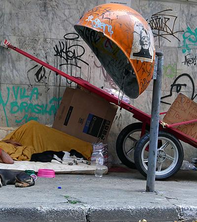 Polícia suspeita que marmita envenenada tenha matado moradores de rua e cachorro