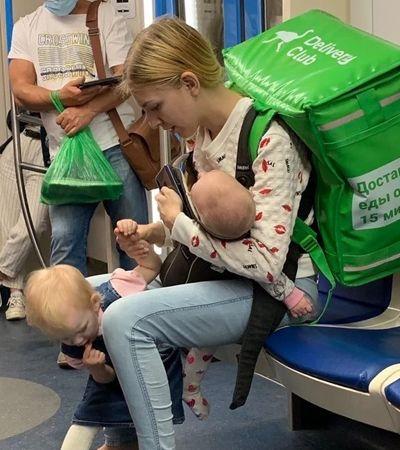 Mãe entregadora que precisou trabalhar com 2 filhas no colo diz que marido só joga videogame