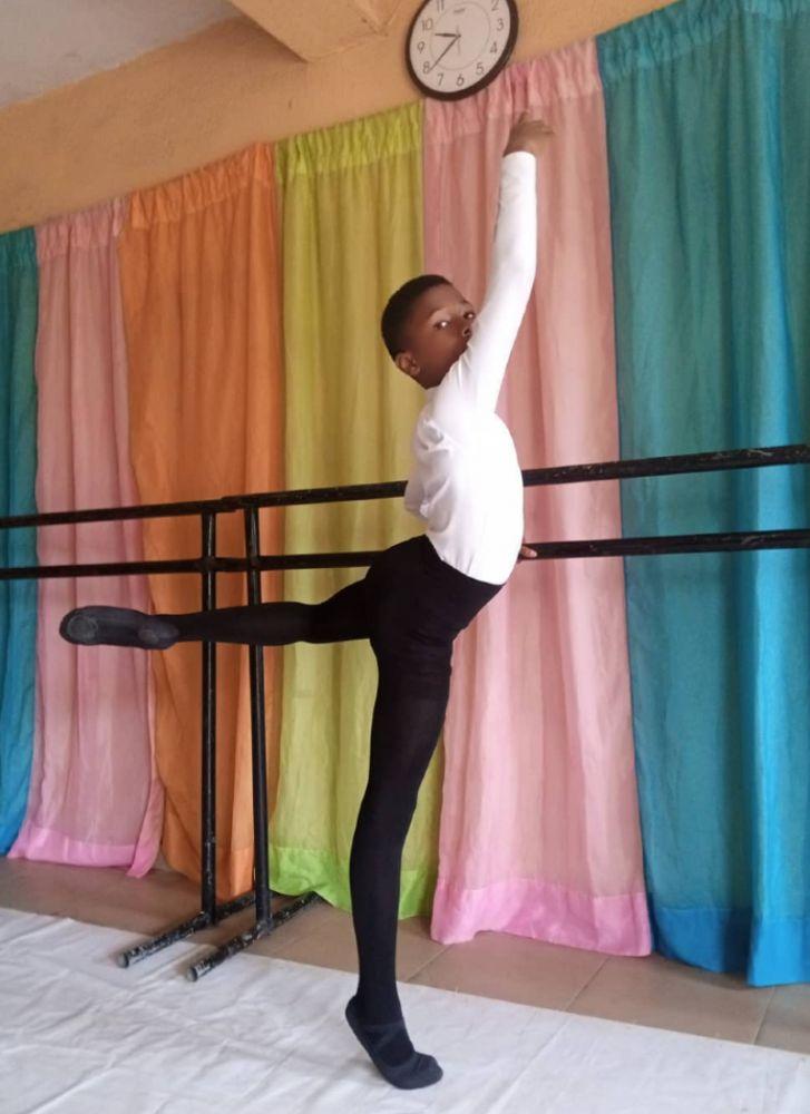 Madu durante aula de balé na Leap of Dance Academy, em Lagos, na Nigéria
