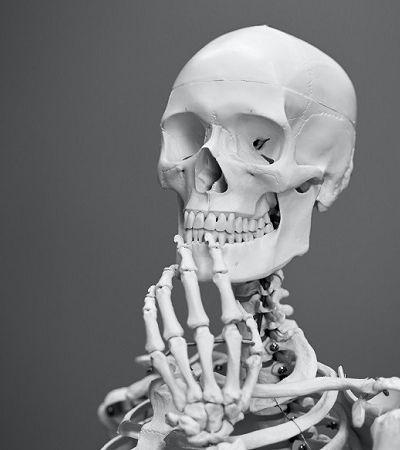 Esqueleto humano está sendo modificado pela vida moderna; entenda como