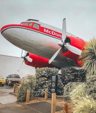 O McDonald's mais legal do mundo fica dentro de um avião e as fotos são lindas