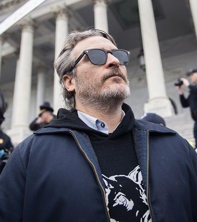 Joaquin Phoenix denuncia crueldade contra porcos e galinhas: 'Animais vivem um inferno'