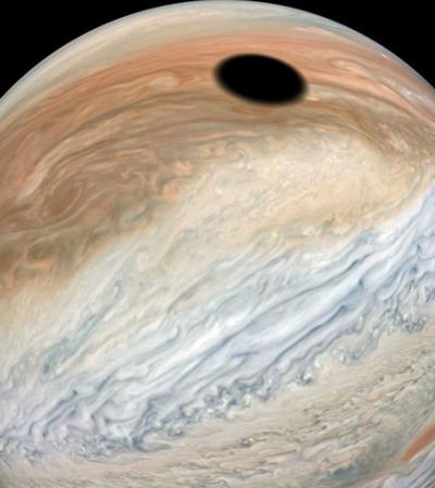 Nasa encanta com foto de sombra da Lua refletida na superfície de Júpiter