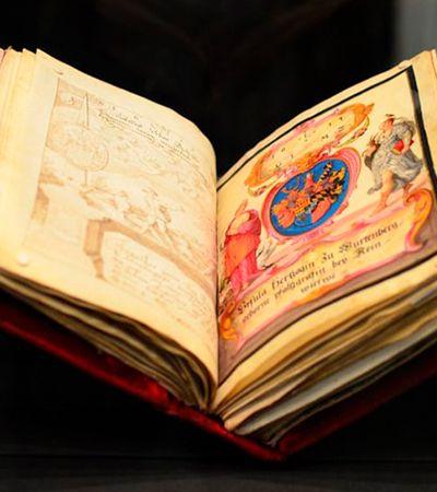 """""""Livro de amizades"""" de 400 anos com assinaturas da nobreza da época é vendido por 3,3 milhões de dólares"""