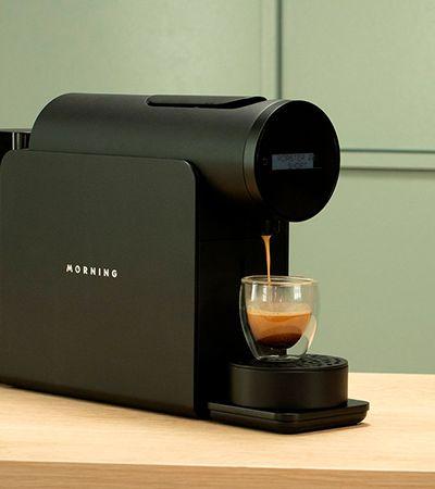 Máquina de café inteligente permite customizar cápsulas convencionais como numa cafeteria