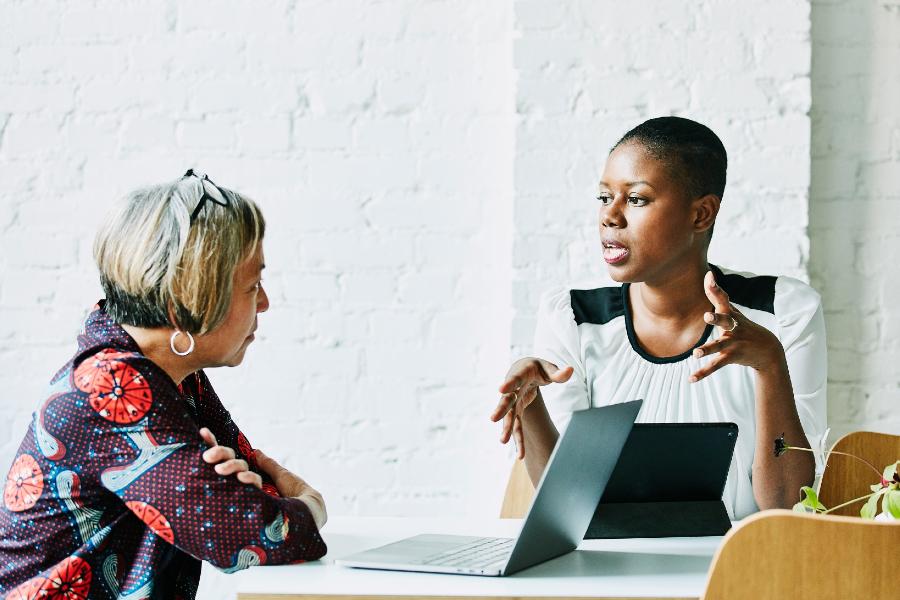 Imagem de uma mulher negra trabalhando em escritório