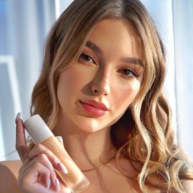 Imagem de modelo branca posando para foto da marca de maquiagens Fenty Beauty