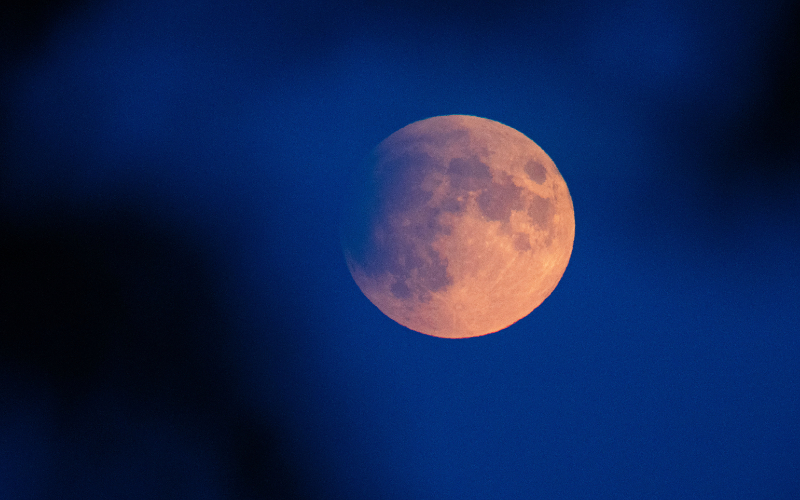 Lua com aspecto avermelhado, similar à ferrugem
