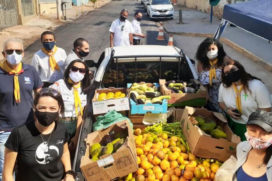 Imagem dos voluntários junto aos alimentos arrecadados
