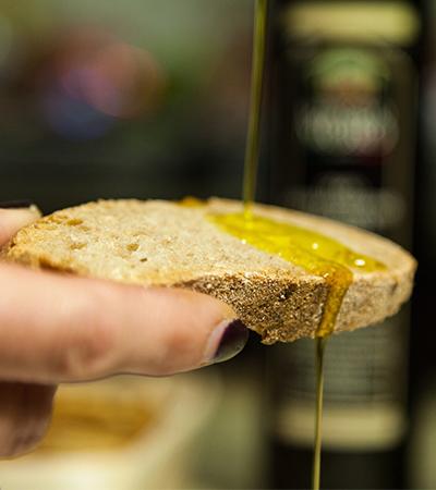 Pão com azeite une sabor e benefícios ao corpo; os detalhes da tradição italiana