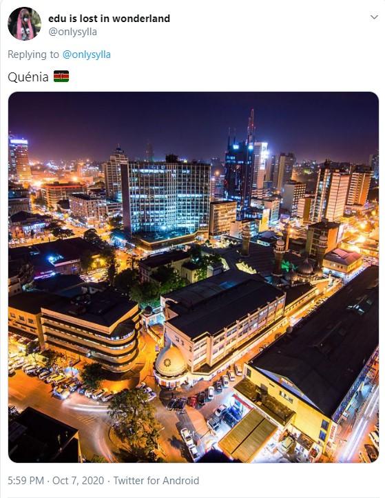 Imagem de uma cidade bastante iluminada à noite