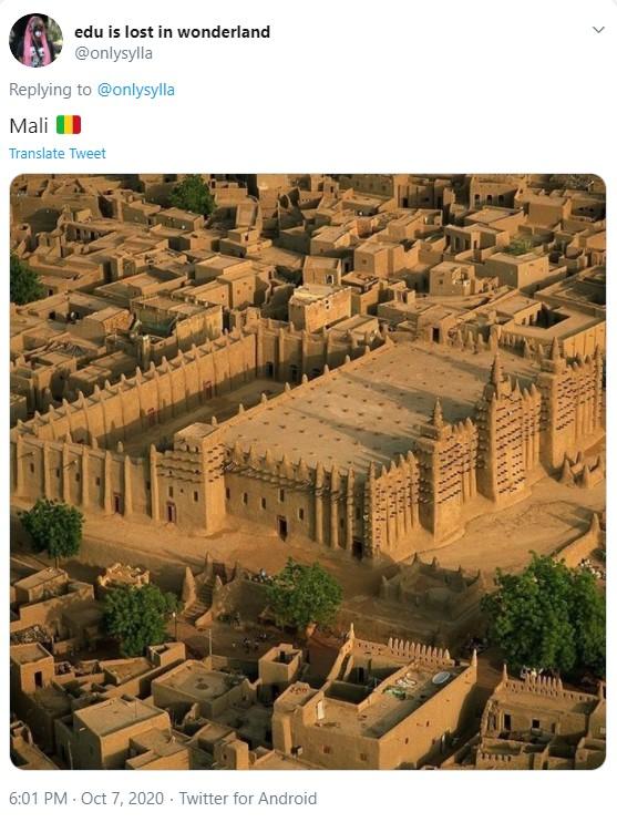 Imagem de construções que aparentam ser bastante antigas, de séculos atrás, com materiais mais brutos
