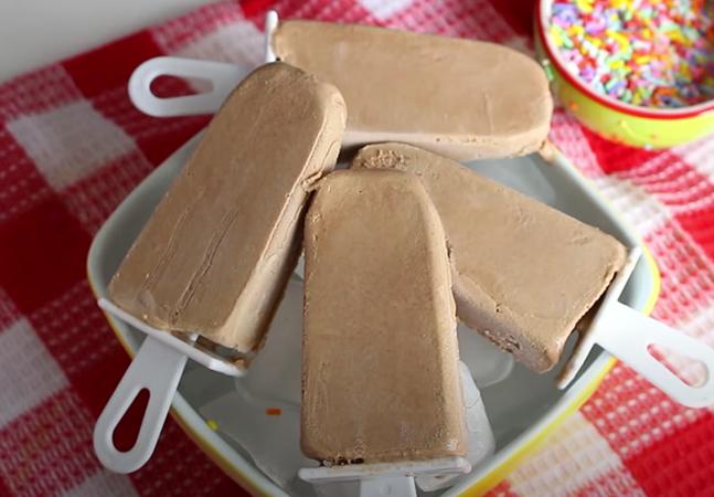 Picolé caseiro de chocolate tipo 'chicabon' é super simples de fazer; aprenda