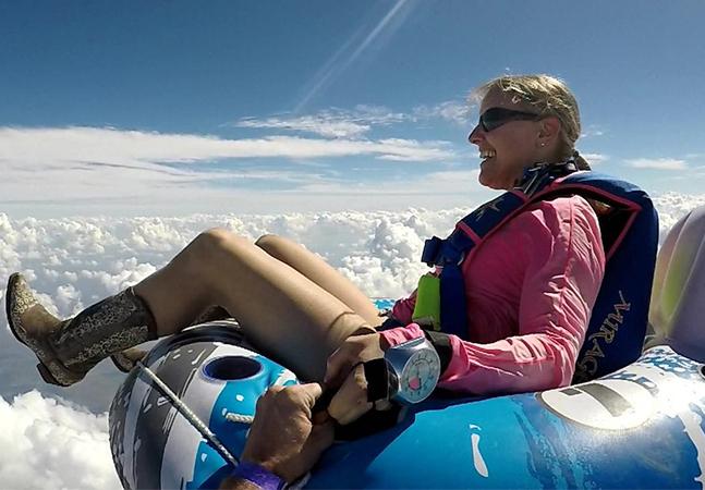 Paraquedista salta de avião sentada em bote inflável e imagens vão bugar sua mente