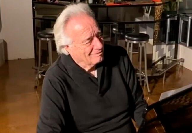 João Carlos Martins toca piano com luvas biônicas, 20 anos após perder movimentos; veja vídeo