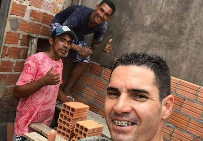 Jogadores fazem mutirão pra terminar casa de massagista do Sampaio Corrêa