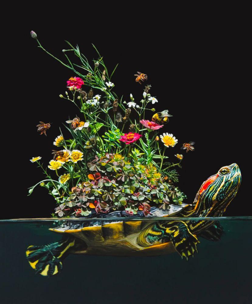 Pintura de uma tartaruga nadando e levando algumas flores com abelhas sobre o casco