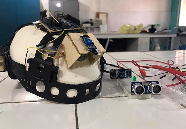Alunos do Ceará usam capacete para criar sensor de movimentos para cegos
