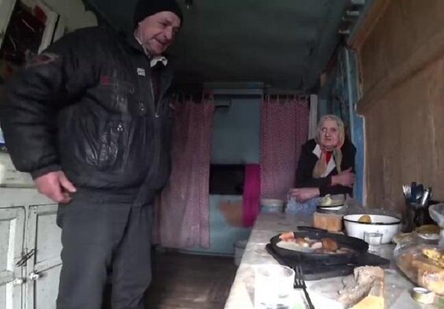 Ele descobriu uma senhora de 92 anos vivendo na zona de exclusão de Chernobyl com seu filho