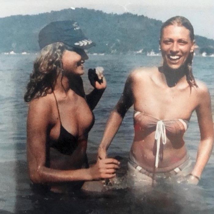 Xuxa posta foto antiga na praia com irmã e dispara: 'sempre tomei sol de topless'